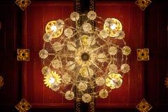在天花板的被镀金的枝形吊灯在佛教寺庙 图库摄影