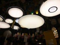 在天花板的许多灯在商店 免版税图库摄影