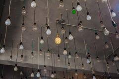 在天花板的许多电灯泡 免版税图库摄影
