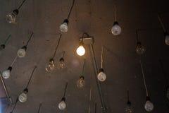 在天花板的许多电灯泡 库存照片
