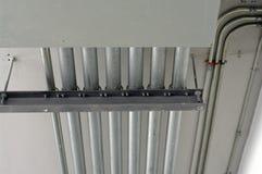在天花板的金属管子 库存照片