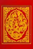在天花板的金黄龙雕塑在中国寺庙,曼谷, T 库存照片