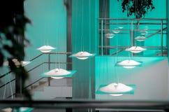 在天花板的霓虹灯在商业中心里面 库存图片