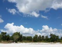 在天蓝色的云彩 免版税图库摄影