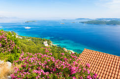 在天蓝色的亚得里亚海的看法从peljesac半岛在达尔马提亚,克罗地亚 库存照片