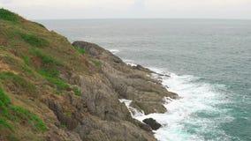 在天蓝色的水的波浪在热带海 有岩石岸和绿色植物的一个海岛 影视素材