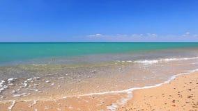 在天蓝色的海岸的潮汐borelight微风 影视素材