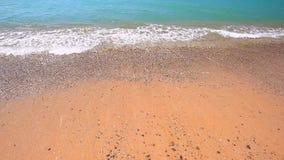 在天蓝色的海岸的潮汐borelight微风 股票视频