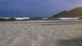 在天蓝色的海浪的看法反对天空和山 股票录像