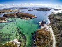 在天蓝色的海湾的小船 coastEarly挪威人春天在挪威 库存照片