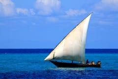 在天蓝色的海的单桅三角帆船航行 免版税库存照片