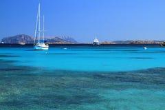 在天蓝色的海,撒丁岛的巡航的风船 免版税库存图片