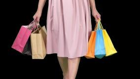 在天购物年轻女人运载的购物带来以后,当走,阿尔法通道时 股票视频
