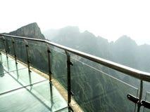 在天门山的峭壁玻璃天空步行,在Zhangjiagie,湖南,中国,亚洲的天堂` s门 图库摄影