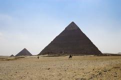 在天际的三座金字塔 免版税库存照片