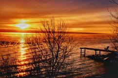 在天际的壮观的湖夏天日落 免版税库存照片