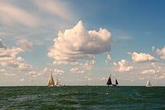 在天际的帆船在艾瑟尔湖 库存图片