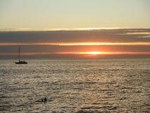 在天际的日落时间与风船 库存图片