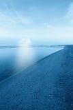 在天际的月亮在海岸线 免版税库存照片