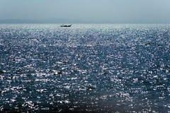 在天际的泰国小船 免版税库存照片