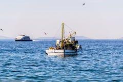 在天际的渔船航行 免版税库存照片