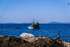在天际的渔船航行 图库摄影