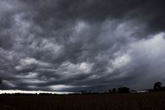 在天际的灰色打旋的暴风云 库存照片