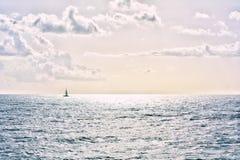 在天际的风船在加勒比海 免版税库存图片