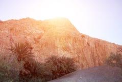 在天顶的明亮的太阳在山后 免版税库存照片