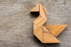 在天鹅形状的木七巧板难题 免版税库存照片