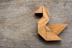 在天鹅形状的木七巧板难题 库存照片