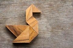 在天鹅形状的木七巧板难题 免版税图库摄影