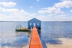 在天鹅河流洒的蓝色小船 库存照片