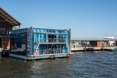 在天鹅河的浮动酒吧 库存图片