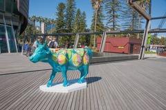 在天鹅钟楼的公牛雕塑 免版税库存照片