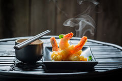 在天麸罗的美味的虾用红色调味汁 免版税图库摄影