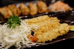 在天麸罗的虾在白色板材和金属筷子 库存图片