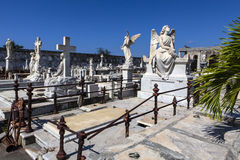 在天主教Cementerio la女王公墓的富有的装饰的坟墓在西恩富戈斯,古巴 库存图片
