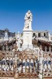 在天主教Cementerio la女王公墓的富有的装饰的坟墓在西恩富戈斯,古巴 免版税库存图片