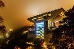 在太平山的现代高峰塔在香港海岛上 免版税图库摄影