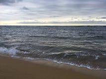 在太平洋上的日出-从海滩的看法在考艾岛海岛,夏威夷上的Kapaa 库存照片
