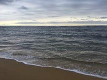 在太平洋上的日出-从海滩的看法在考艾岛海岛,夏威夷上的Kapaa 免版税库存照片