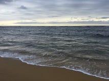 在太平洋上的日出-从海滩的看法在考艾岛海岛,夏威夷上的Kapaa 库存图片