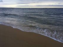 在太平洋上的日出-从海滩的看法在考艾岛海岛,夏威夷上的Kapaa 免版税图库摄影