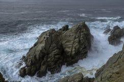 在太平洋在大瑟尔附近,加利福尼亚的美好的岩层 库存图片