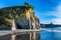 在太平洋海岸日出的陡峭和危险白色岩石 到世界的末端的异乎寻常的旅途 海岛新的北部西兰 免版税库存图片