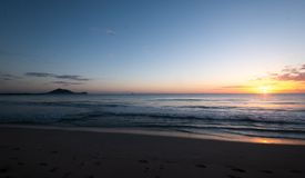 在太平洋海滩,夏威夷,美国的日出 免版税库存图片
