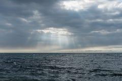在太平洋的剧烈的天空在夏威夷的大岛的火山爆发后 免版税库存图片
