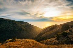 在太平洋的日落从圣诞老人露西娅范围 库存照片