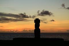 在太平洋的美好的日落残光有Moai剪影的在Ahu Tahai,复活节岛的 免版税库存照片